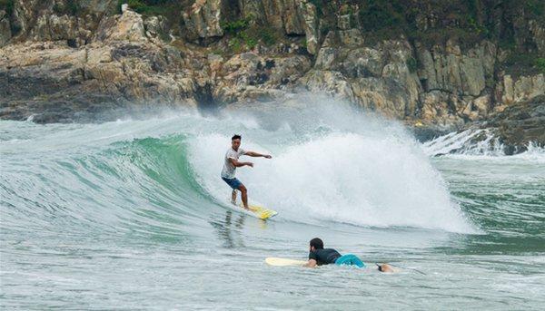Bãi Pui O có nhiều sóng lớn, phù hợp với những ai đam mê mạo hiểm.